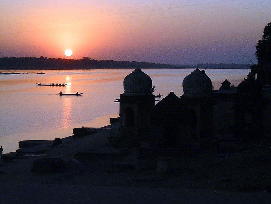 Coucher de soleil sur le fleuve Narmada et l'Ahilya Fort .