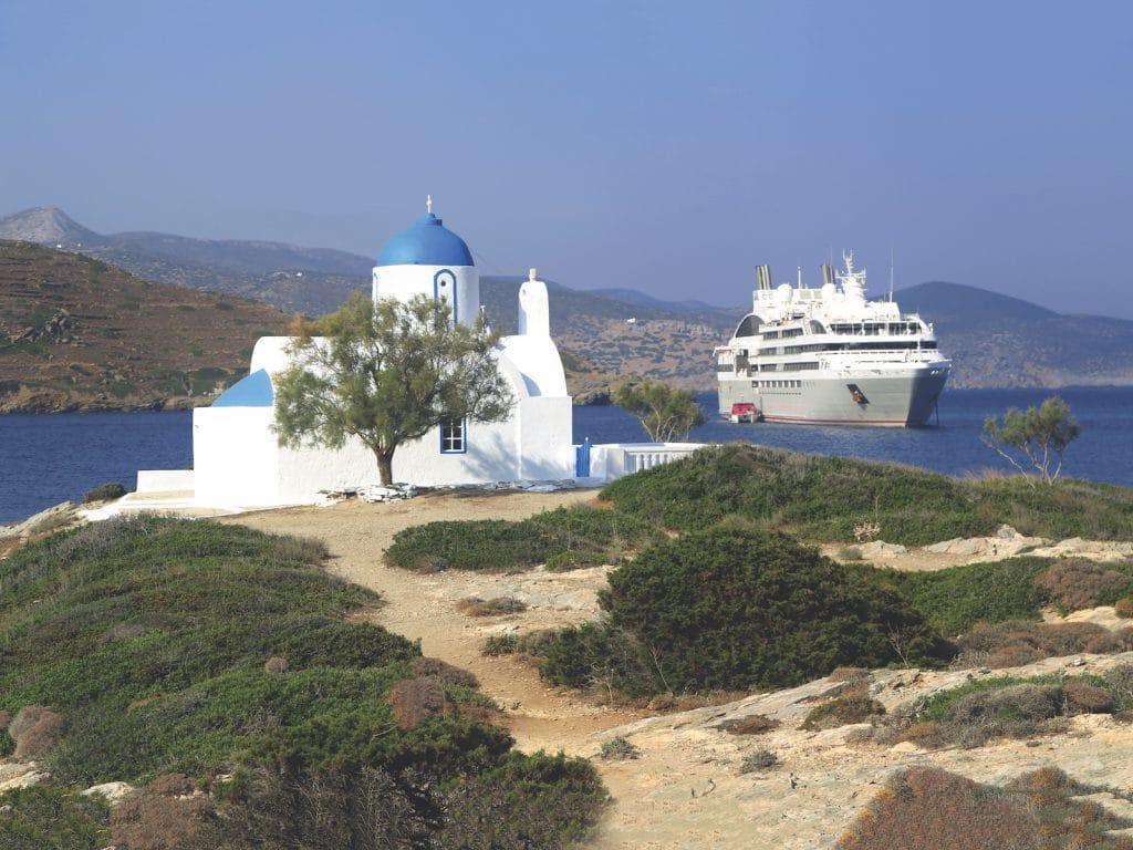 Bateau de croisière au large de l'île grecque d'Amorgos