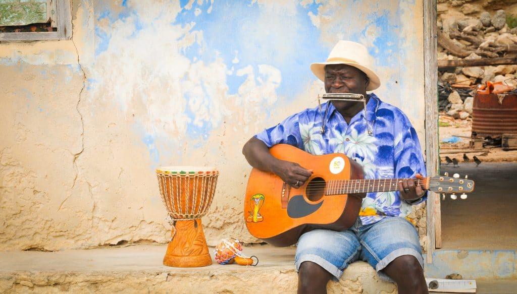 Musicien de rue sur l'île de Boa Vista.