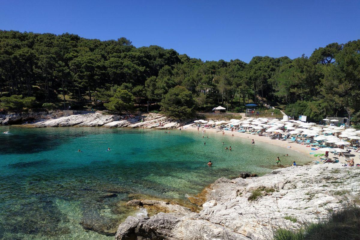 Plage sur l'île croate de Lošinj -