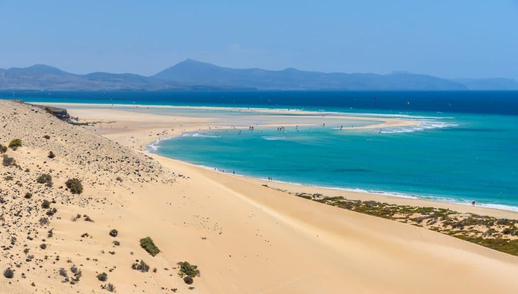 Vue aérienne de la lagune de la plage de Sotavento à Fuerteventura, îles Canaries, Espagne.