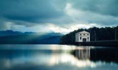 Passer une nuit suspendu sur l'eau d'un lac de Tasmanie