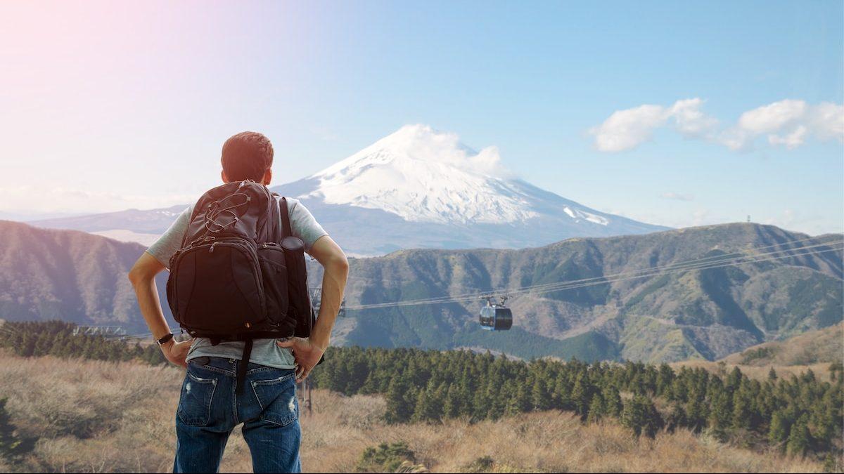 Randonneur au Japon admirant le Mont Fujo