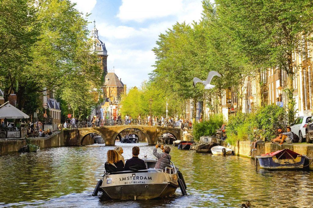 Balade en bateau sur un canal d'Amsterdam