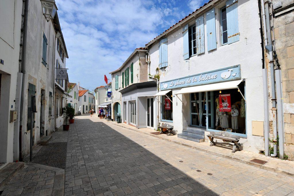 Rue du village d'Ars-en-Ré.