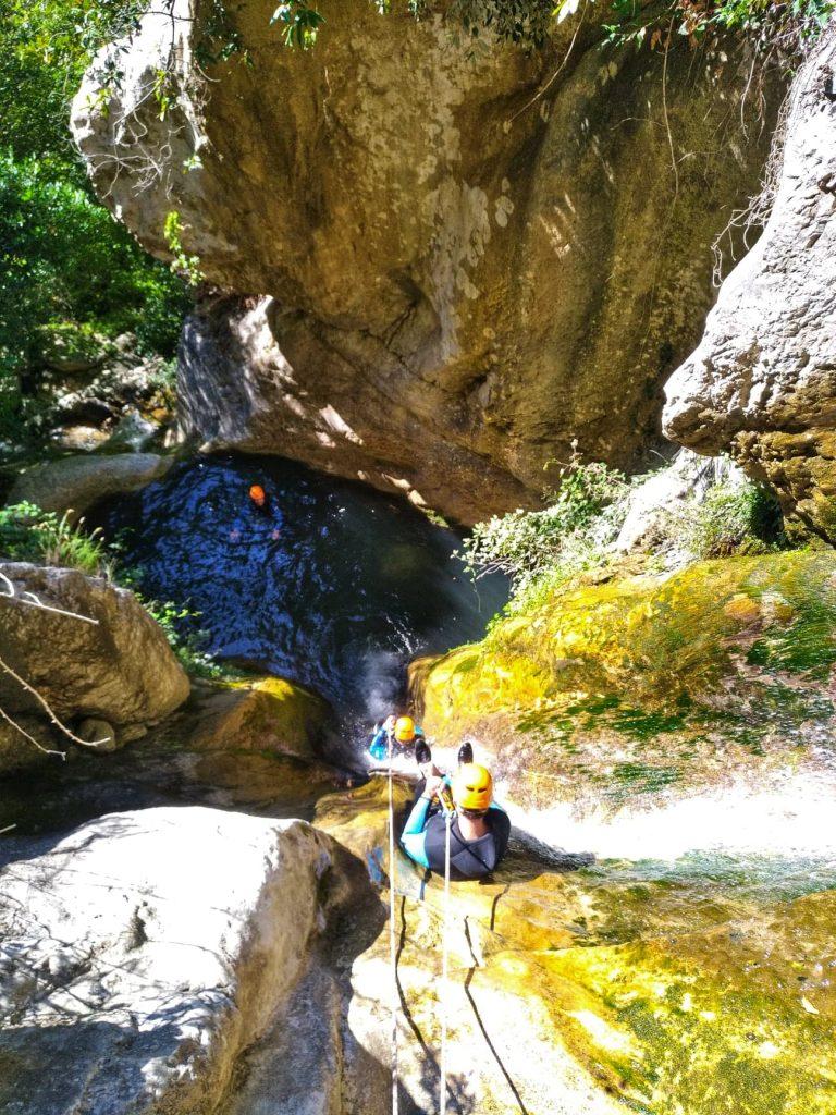 Descente d'une paroi rocheuse lors d'une excursion en canyoning dans le haut Pays niçois.