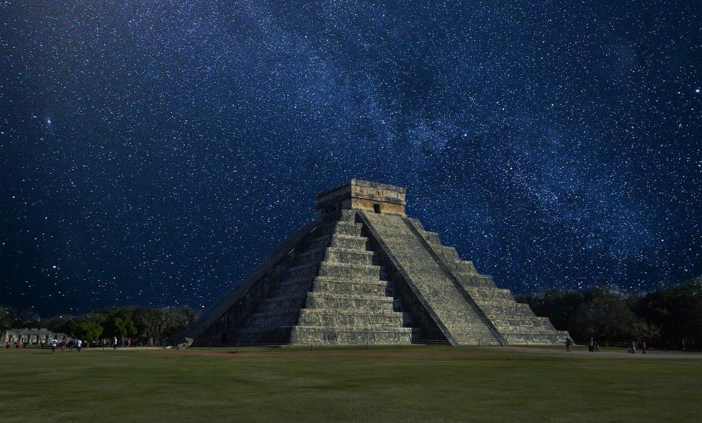 Chichén Itzá sous la voie lactée.