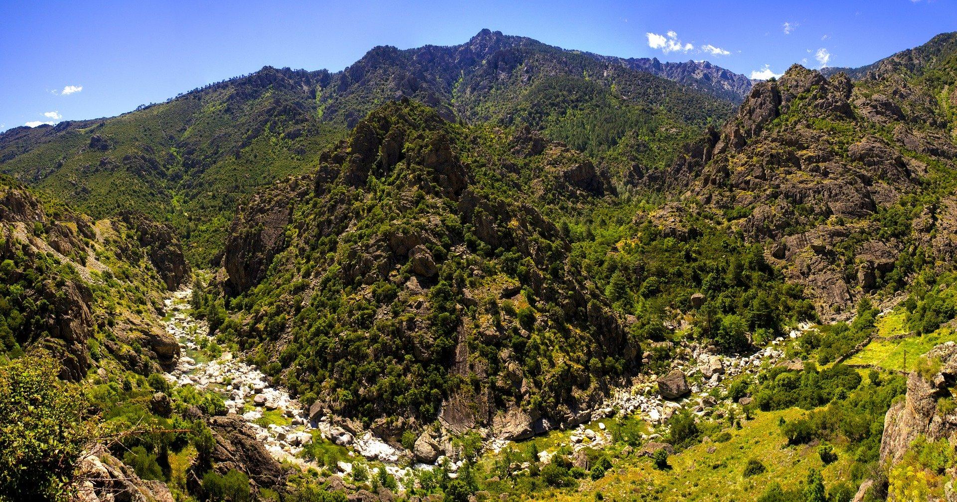 Paysage de montagne en Corse du Sud.