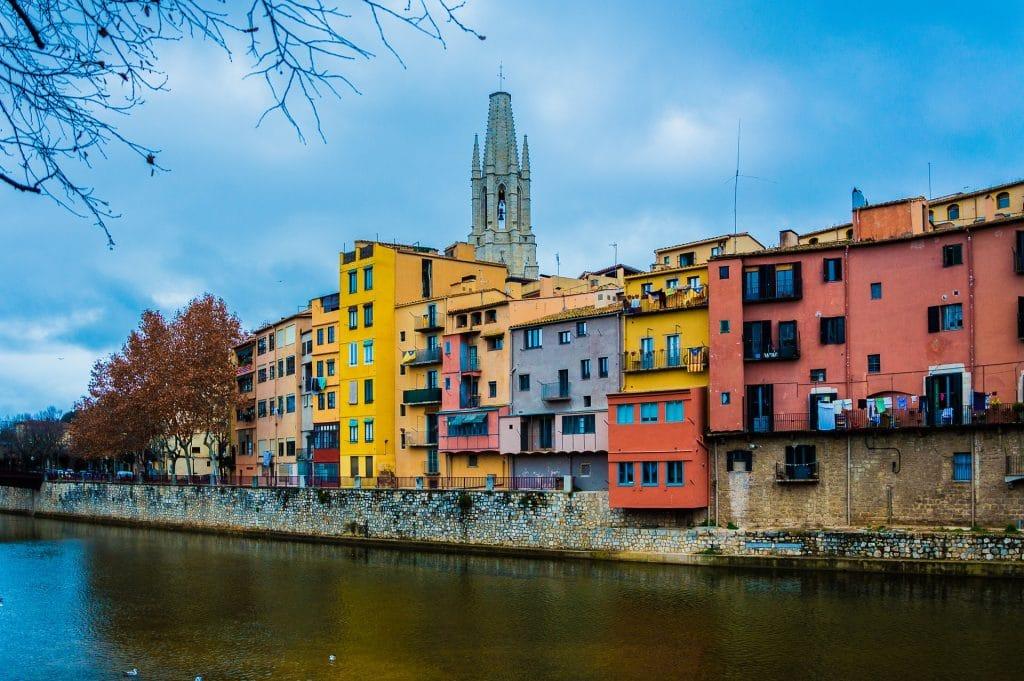 Maisons colorées sur les rives de la rivière traversant Gérone.