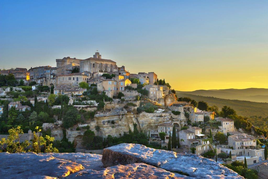 Village provençal de Gorges à la tombée du jour