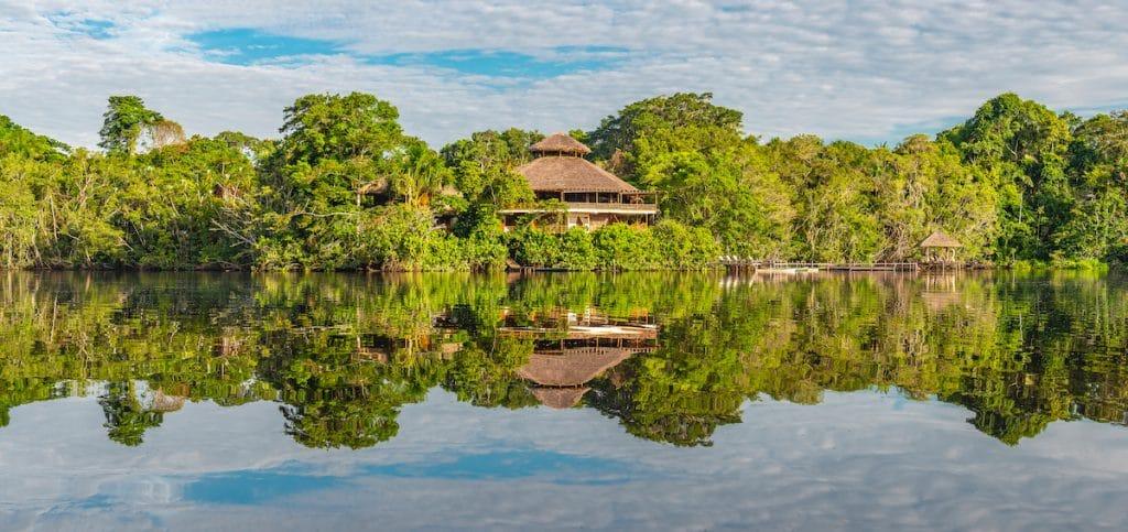 Vue panoramique sur un lodge en bord de rivière au coeur de l'Amazonie