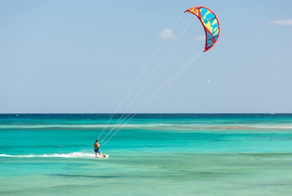 Kitesurfeur le long d'une des plages de Corralejo