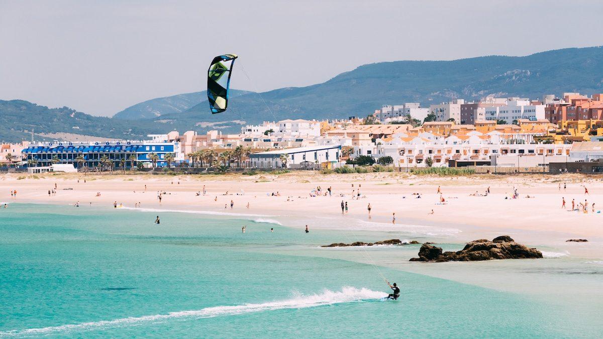 Kitesurf au bord de la plage de Tarifa en Espagne