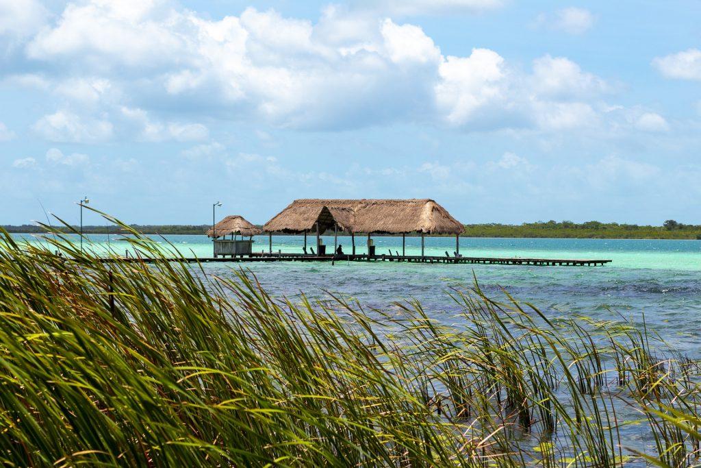 Palapa édifiée en pleine lagune de Bacalar