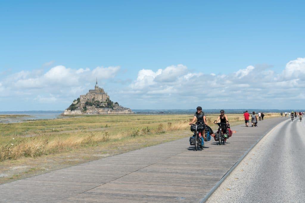 Cyclotouristes dans la baie du Mont Saint-Michel