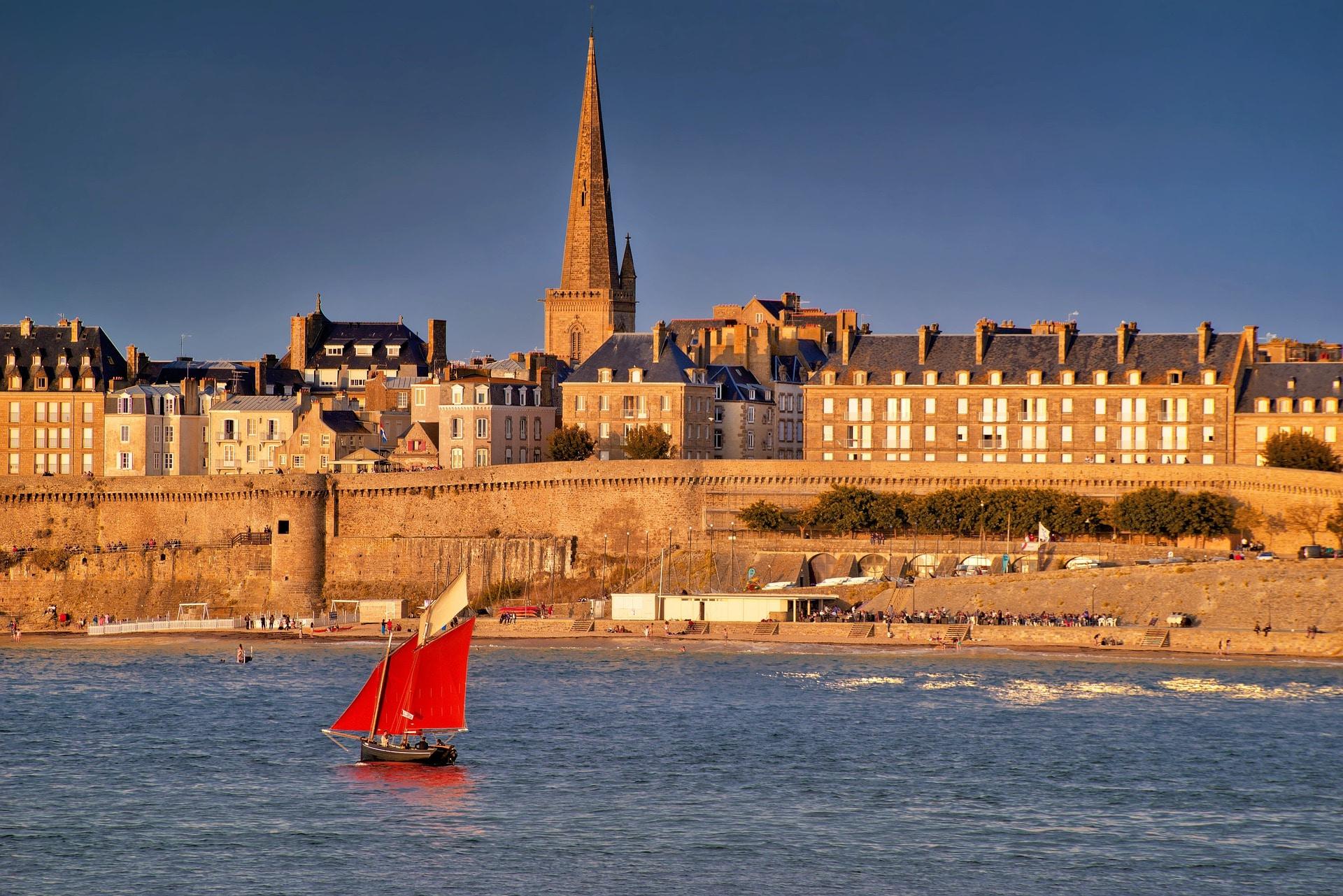 Les remparts de Saint-Malo vus de la mer.