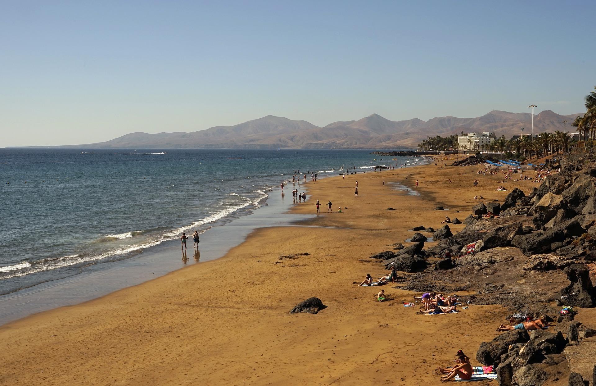 Plage du littoral de Puerto del Carmen sur l'île de Lanzarote