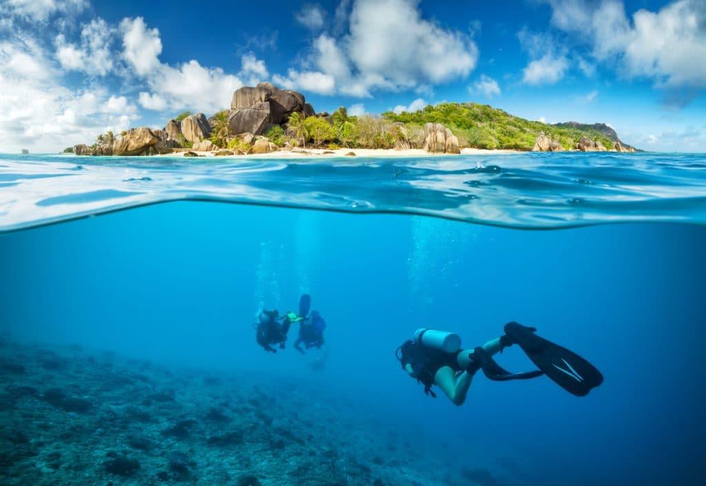 Plongée sous marine dans une barrière de corail seychelloise