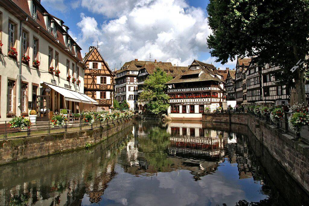 Vue du canal qui traverse la petite France à Strasboug.