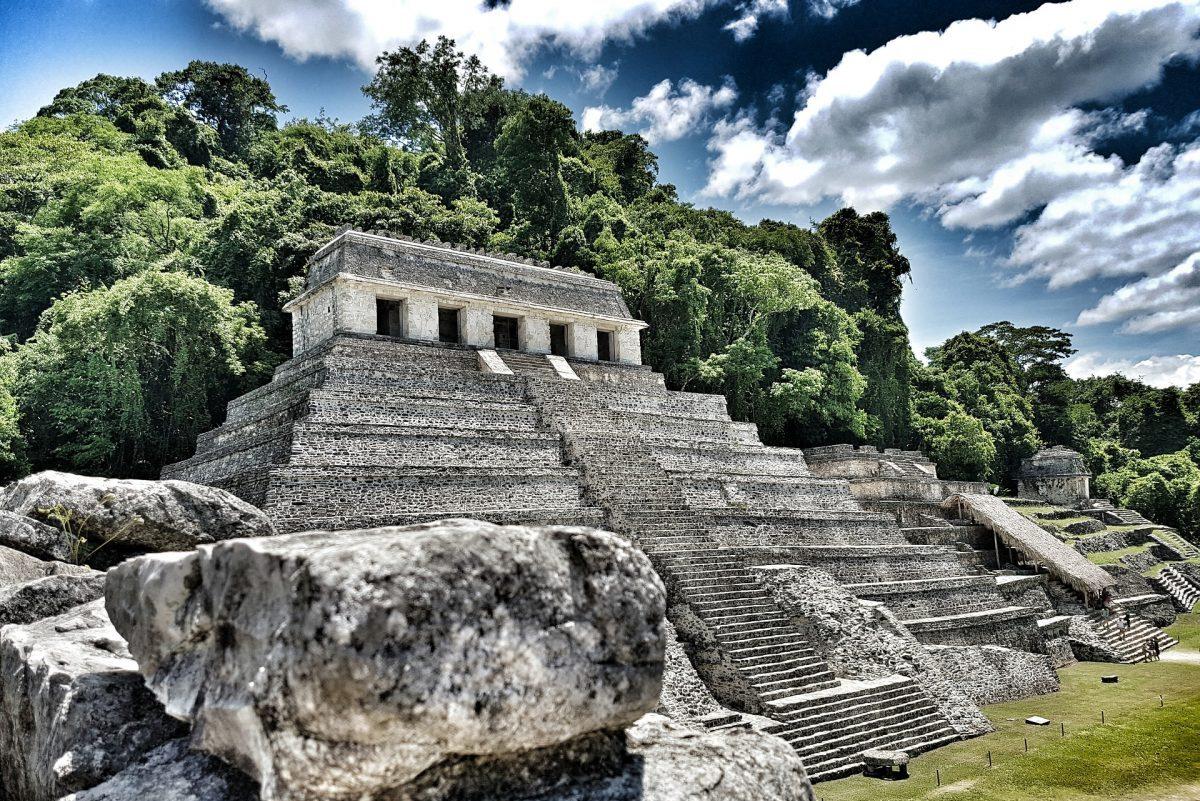Pyramide en bordure de jungle dans la cité préhispanique de Palenque au Chiapas.