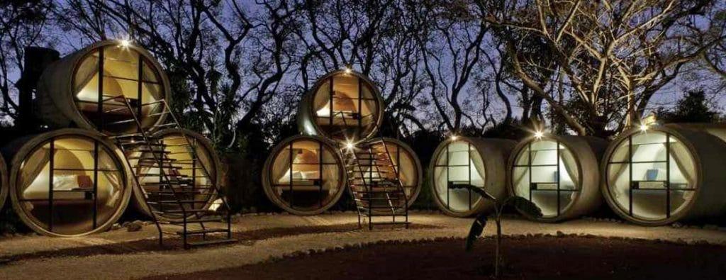 Vue des chambres dans des tubes à la tombée de la nuit.