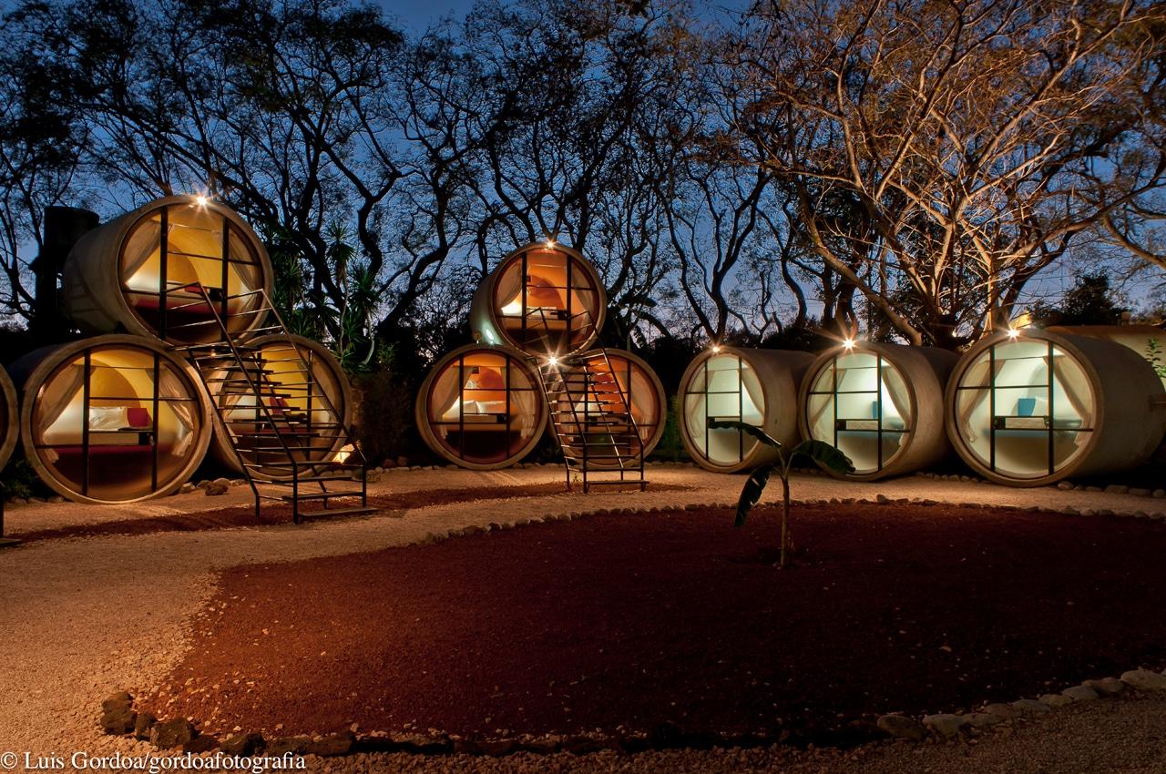 Tubohotel Tepoztlán à la tombée de la nuit