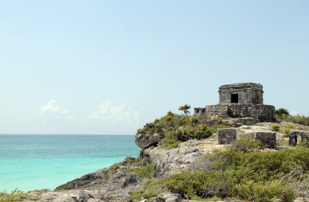 Ruines de Tulum au bord de la mer des Caraïbes.