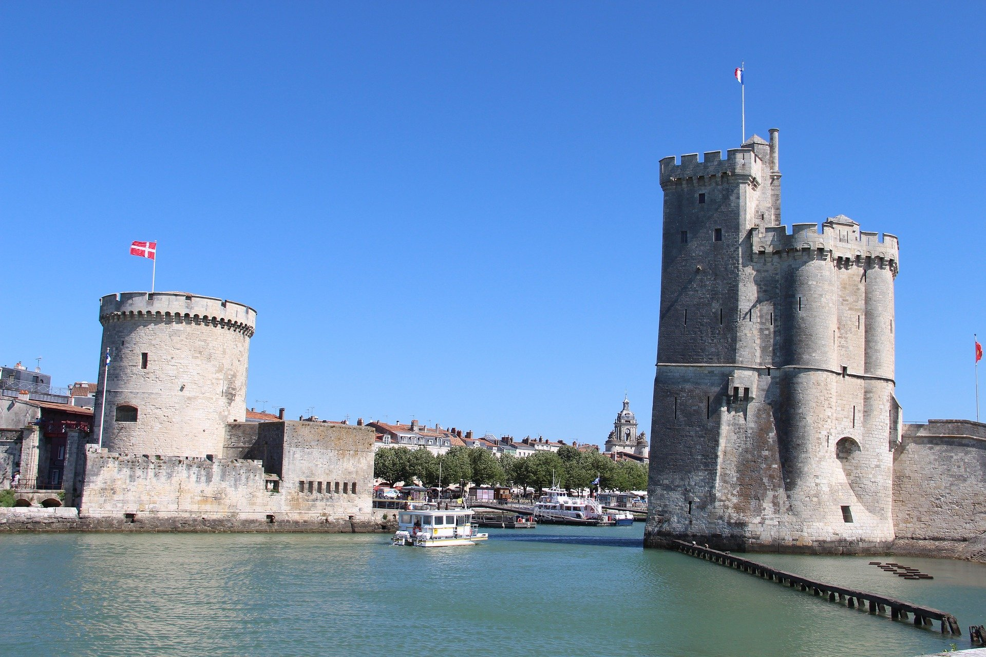 Les tours du Vieux-Port de la Rochelle vues de l'océan.