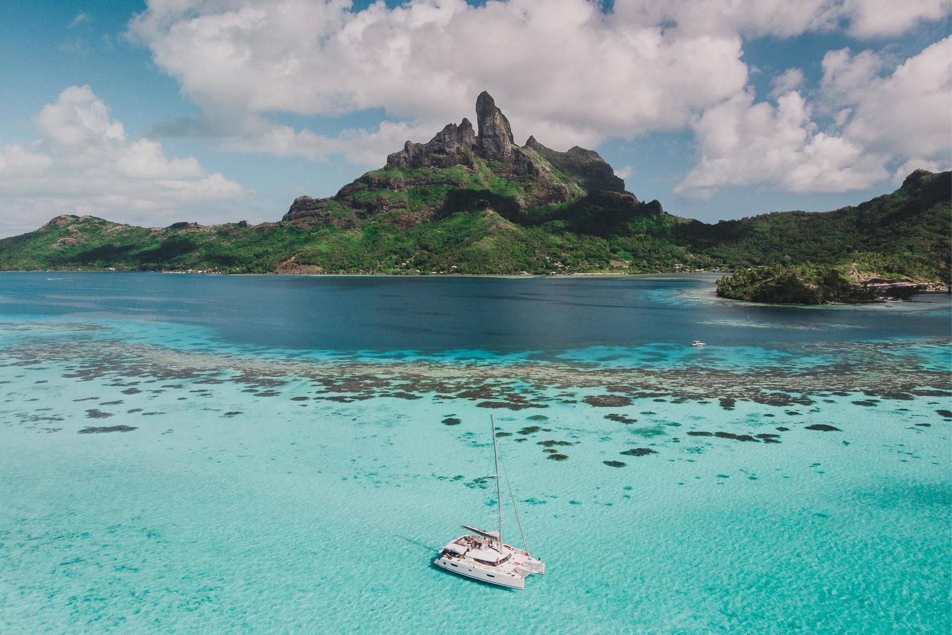 Voilier mouillé dans un lagon de Polynésie Française